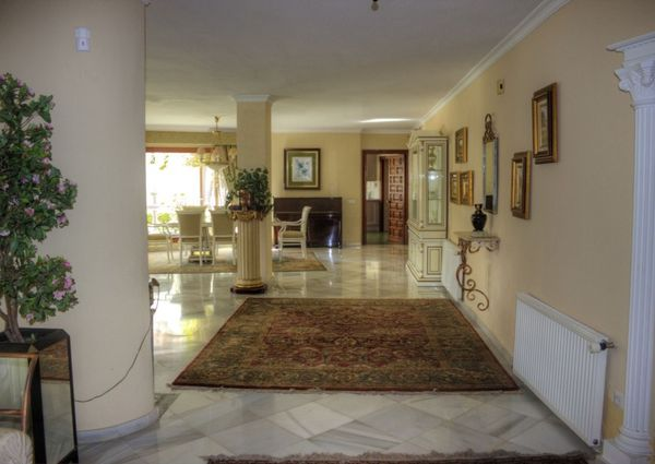 Luxurious 5 bedroom 5 bathroom villa with pool and tennis court available for long term rental in the Monte Pariso area of Marbella